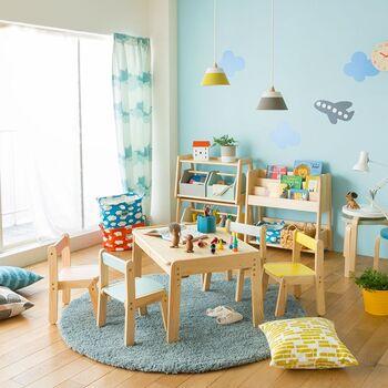 子どもが小さいうちは、真ん中に机と椅子を置いたこんなレイアウトもおすすめ。おもちゃや絵本は壁側にまとめて収納し、中央にお絵かきなどができる作業スペースを確保すれば、ゆとりのあるプレイルームになります。