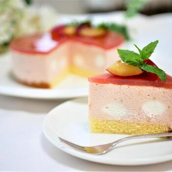 ピンクの濃淡が美しいすもものムースケーキ。スポンジ、ムース、ゼリーの三層仕立てになっています。カットすると、愛らしい水玉模様がお目見え。心ときめくデザートでティータイムはいかがでしょうか?