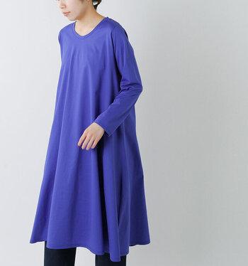 シンプルでコーディネートしやすいカジュアルな洋服を提案するブランド「mizuiro-ind(ミズイロインド)」の、シンプルなAラインのワンピース。