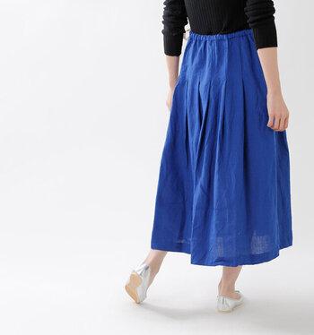国内素材を中心に選びぬかれた生地でファッションアイテムを生産するブランド「ina(イナ)」の、リネンソフトワッシャーウエスト紐タックスカート。リネンならではの素材感と、美しいタックを楽しめる一枚になっています。