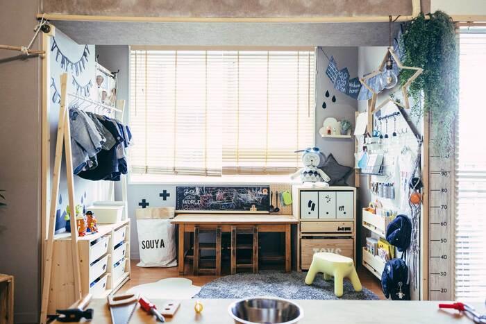 高さが低めのデスクや収納家具を揃えて、壁面は収納に使ったり、デコレーションで楽しい空間を演出しています。ブラインドを合わせると、限られたスペースでも圧迫感が軽減されますね。