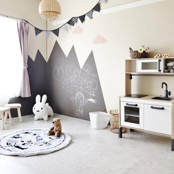 このお部屋はもともと和室ですが、床にクッションフロアを敷き、壁もペイントして印象を変えています。賃貸の場合、壁を塗るのは難しいと思いますが、剥がせる壁紙などを使えば真似できそうですね。モノトーンでまとめたインテリアも素敵です。