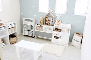 プレイルームにするなら、背の低い家具を並べると子どもも使いやすく、お部屋を広く見せることができます。薄いグレーや白をベースにしたインテリアも、すっきりと広く見えておすすめ!