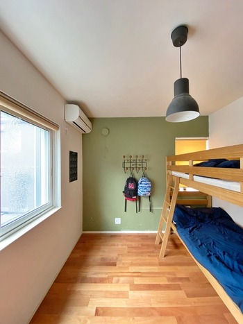 2段ベッドは、同じ寝室でもある程度プライバシーが確保できること、床が広く使えることがメリット。ある程度大きくなるまでは2段ベッドで部屋を広く使い、個室が必要になったら別々に使うのがおすすめです。