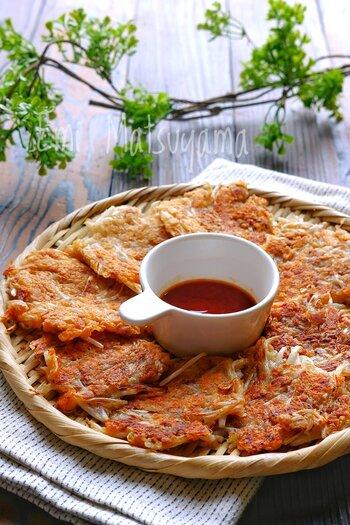 ツナともやしとチーズ、包丁いらずの材料ばかりで作れる簡単チヂミ。おつまみにも、おやつにもおすすめです。