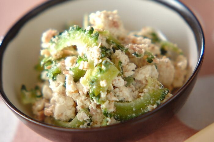 ゴーヤの苦味、豆腐とゴマのまろやかさ、ツナのコク。夏バテしそうなときに作りたい、やさしい味わいで元気の出そうな一品です。