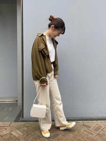 カーキのミリタリージャケットに白いTシャツ&パンツを合わせて爽やかに。スニーカーの黄色が差し色になっていてかわいいですね。