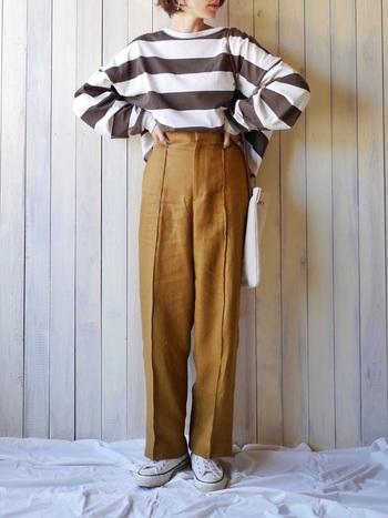 レトロ感あるブラウンのボーダーTシャツをメインにスタイリング。センタープレスのパンツも茶系でまとめて、大人っぽく仕上がっています。