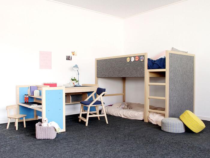 2段ベッドを置いて、机の配置を工夫すれば2人部屋としても使えます。机は並べてもいいのですが、向きを変えてこんな置き方にするアイデアも。