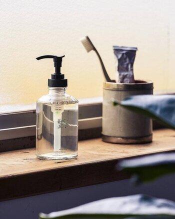 【APOTHEKE FRAGRANCE】(アポーケフレグランス)は、千葉の自社工場で全て手作業で商品を製造しているルームフレグランスブランド。オーガニックなハンドウォッシュにも、アガーウッド・ローズ・ムスク・シナモンなど、絶妙なブレンドの香りが配合されています。