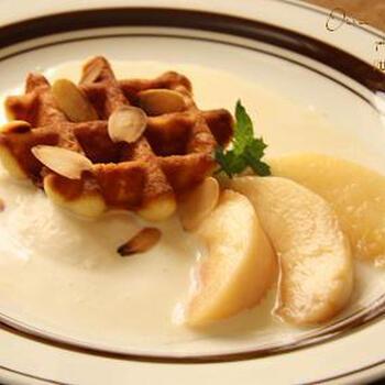 アイスクリームとヨーグルトを2:1の割合で混ぜ合わせるだけの簡単ソースなのに、まるでカフェのような出来栄えに。桃は加熱すると、皮がするりと外れやすくなります。シロップに漬けた桃は、じんわりと染み込むような甘さがあって、贅沢な気分になれます。