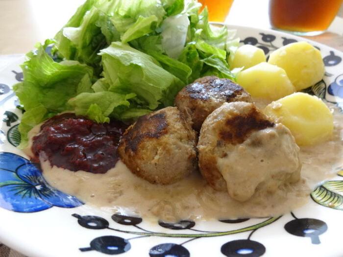 スウェーデン料理と聞いて、一番にミートボールが思い浮かんだ方も多いのではないでしょうか♪スウェーデンでは、ブラウンソースとリンゴンベリーと呼ばれるコケモモのジャムを添えていただくのが定番。マッシュポテトか、茹でたじゃがいもを一緒にいただきます。ワンプレートでお腹いっぱい&大満足!