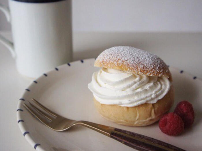 イースターの断食に備えてイースター前に食べる習慣であった「セムラ(semla)」。現在では、2月に食べる伝統菓子として親しまれており、各焼き菓子店がこぞってNo.1セムラを競っています。カルダモン風味の香り高いパンに、アーモンドペーストとホイップクリームがプラスされた贅沢なお菓子です。