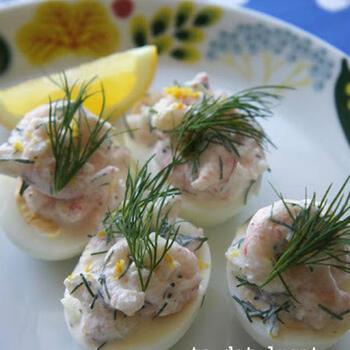 スウェーデンでイースターの時期やブッフェなどで必ず目にする、卵のオードブルはまさに定番の前菜。半分に切ったゆで卵の上に、独自レシピで作るクリーム・小エビ・ディルを乗せて完成。お好みに合わせてレモンを絞ってもGOOD!
