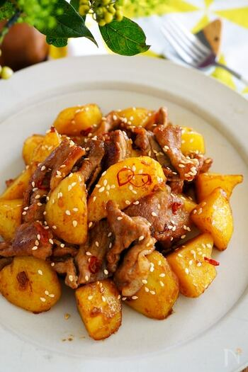 食材はじゃがいもと豚肉と少ない材料で作れます。味付けは焼き肉のたれとマヨネーズだけなので、いろいろな調味料を合わせなくても味が決まります。たれの辛さを変えれば甘めからピリ辛まで味のレパートリーも広がりますよ。焼肉のたれとマヨネーズの相性バッチリの味付けで家族のお箸もどんどん進むはず。