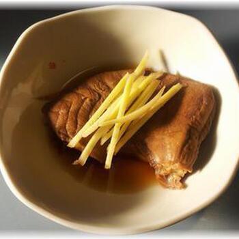 もうかさめを、生姜をきかせて煮魚に。熱湯で2〜3分程度下茹でをしてから味をつけて煮付けます。