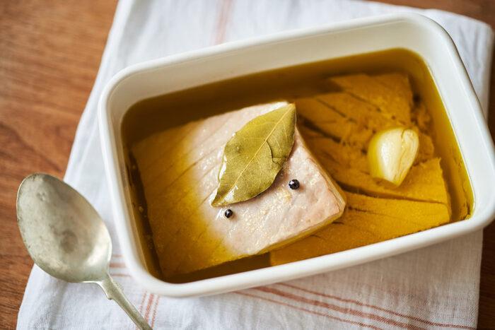 淡白で、鶏むね肉に似た食感のもうかさめ。油分を補い、低温でじっくり火を通せば、しっとり柔らかくいただけそうです。にんにく、ローリエ、黒胡椒にオリーブオイルを使い、普段の「ツナ缶」とは全く違う、ごちそう風味の自家製ツナに。保存がきくので、多めに作っておくといいですよ。