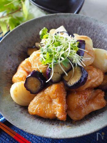 パサつきがちな鶏むね肉を、甘酢あんでしっとりまとめて。茄子のとろとろ、新玉ネギのしゃっきり感と甘味もうれしい一品です。