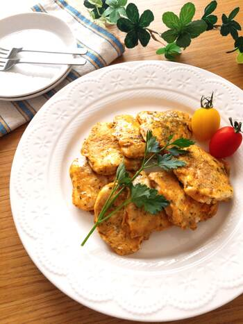 薄力粉をまぶし、味付けした卵の衣にくぐらせて焼く「ピカタ」。カレーとチーズの香りが食欲をそそる一品です。衣でくるむことでふんわり柔らかく仕上がります。