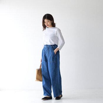お家で過ごす時は動きやすいパンツを穿きたいもの。イージーパンツなら、動きにくいイメージのあるデニムも楽に着ることができますよ♪