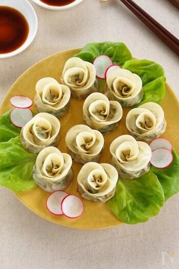 こちらの薔薇餃子もご参考に。 三枚の皮を横に並べるところは、上のレシピと同じですが、皮を半分に折る際にしっかりと具の周りをとじてから、くるくると花びらを作っています。