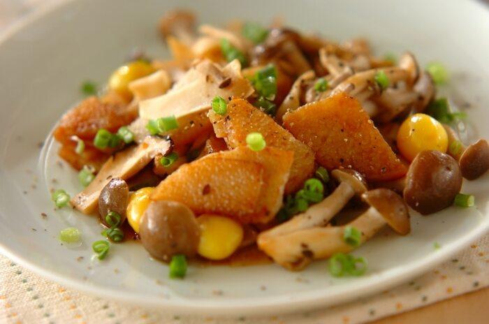 長芋ときのこの炒め物に、ニンニク醤油(こちらのレシピではすり下ろしニンニクを使用)を使うことで、味に深みが生まれます。お肉がなくてもしっかり食べ応えを感じる一品に仕上がりますよ。ダイエット中にもオススメのレシピです。