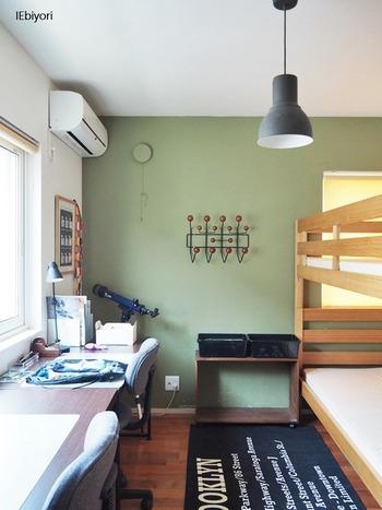 2段ベッド+横並びのデスクは、年が近かったり性別が同じだったり、仲のいいきょうだいにおすすめのレイアウト。縦長のお部屋でも使えそうですね。