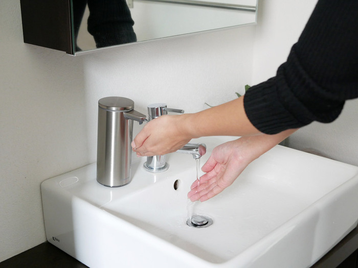【simplehuman】(シンプルヒューマン)のセンサーポンプは、手をかざすだけでハンドソープが出てくる優れもの。センサーに近い場所にかざせば少量、少し離してかざせば多めにと、ハンドソープの量も調節できます。汚れた手で触れる必要がないので、いつでも衛生的です。