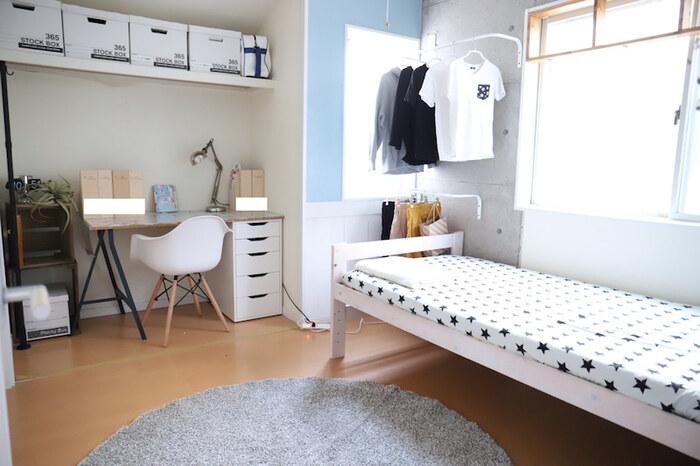 4.5畳で収納がある場合、ベッドと学習机をおくとぎゅうぎゅうになってしまいますよね。そんな時は、クローゼットのような作り付けの収納スペースにデスクを置く方法もあります。その場合、収納は壁面をうまく使うのもポイント。モノトーンを中心にまとめると、さらに広々と感じられる空間になります。