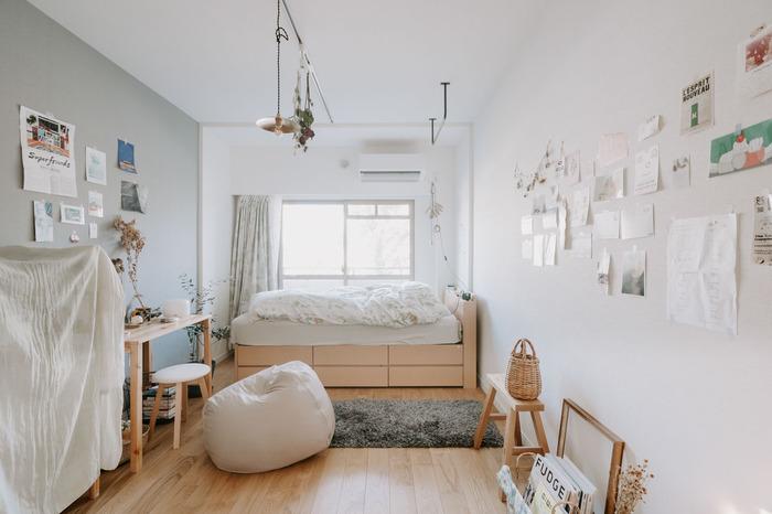 中学生~ある程度大きいお子さんが一人で使うなら、奥にベッドを置いて、手前にデスクを置くこんなレイアウトも。高さがある収納付きのベッドは、衣類などを収納できるのでクローゼットがないお部屋でも便利です。