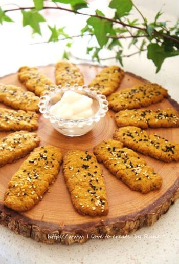 南瓜が練り込まれたサクサクのクッキーパンは、ローズマリーの香りがする本格的な一品。そのままはもちろん、クリームチーズが入った白いソースがとてもよく合うので、ぜひ一緒に試してみてくださいね。
