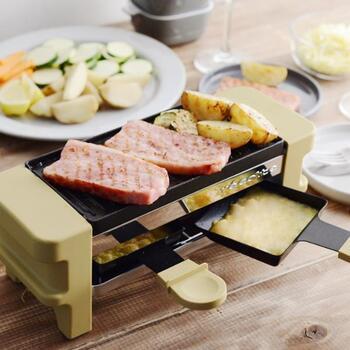 スイスやフランスの伝統料理「ラクレット」がおうちで気軽に楽しめる調理家電。上段のプレートでグリルしたお肉や野菜に、とろーり溶けたチーズをかけていただきます。専用ココットを使えば、チーズフォンデュやチョコレートフォンデュも楽しめます!