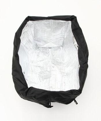 内側はアルミフィルムで簡易的な保冷と保温ができて◎。しかも中のメッシュポケットの部分に保冷剤を入れれば、長い時間保冷できるので、暑い季節のお買い物バッグにピッタリ。