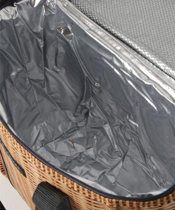 裏地はアルミコーティングされており、内側に断熱材が入っているので保冷能力もバッチリ。さらに上蓋の内側に、保冷剤や小物などを入れるポケットが付いるので、暑い季節の自転車でのお買い物も安心です。