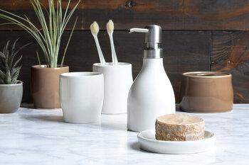 ハンドソープを入れるディスペンサーや、石鹸を置くソープディッシュは、シンプルで機能性が高い物がおすすめです。洗面所がすっきりして、清潔感もUPしますよ。