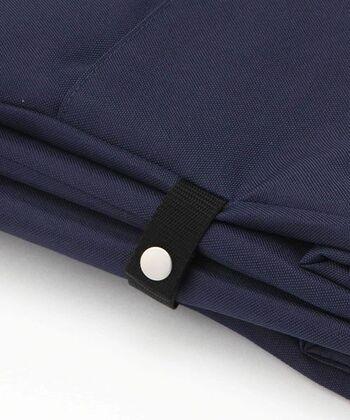 約幅39×高さ30×マチ18.5cmと持ち歩きしやすく、スナップボタンがついているので、折りたたんでコンパクトにして、バッグの中にスッキリと収納もできます。