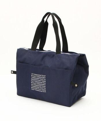 そのままいつものお買い物バッグとして活躍してくれるトートバッグタイプの保冷バッグ。こちらは「AFTERNOON TEA」のロゴがシックで、落ち着いた色合いも素敵な保冷バッグです。