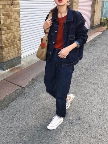 とにかくデニムが流行った70年代。デニムを上下に使ったコーデもよく見られました。現代を生きるキナリノ世代が取り入れるなら、インディゴデニムで揃えてセットアップ風に着こなすのがおすすめ!