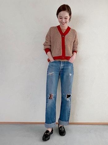 だぼっとしたダメージジーンズも70年代には流行。今っぽく着るなら、他のアイテムは綺麗めで揃えて、ハズシとしてダメージジーンズを取り入れるのがおすすめ。パンツがゆるっとしている分、トップスはコンパクトにしてメリハリのあるコーデに仕上げましょう。