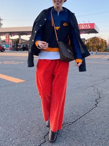 華やかな色に色を重ねるのが60年代ファッションの最先端。落ち着いた色が多い今のコーデにあえて取り入れて、新しい風を吹かせちゃいましょう! 上のコーデは、相性のいいオレンジ系カラーと紺色系カラーをメインに使うことで、カラフルながらも統一感あるコーデに仕上げています。