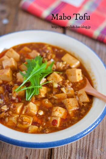ご飯にのせたら最高な麻婆豆腐。美味しく仕上げるコツは、豆腐を水切りすることとひき肉をしっかり炒めること、長ネギは最後に入れることです。よく味が染みた豆腐で、ご飯がぐんぐん進みます。