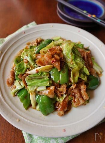 ざく切りにしたキャベツとピーマン、豚バラ肉が入ってボリュームも彩りも◎先に野菜を炒めた後、豚バラ肉を炒めて味付けし、合わせます。野菜は炒めすぎず、食感を残すのがポイント。