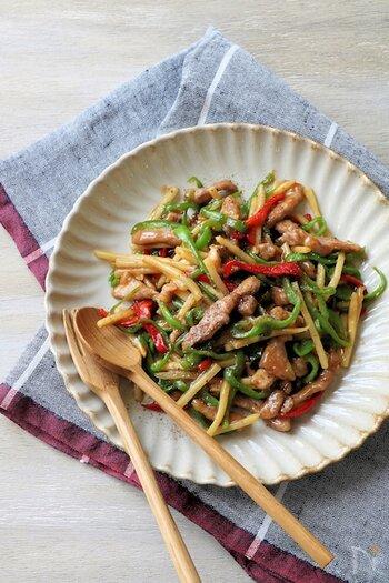具材が細切りなので食べやすく、ご飯に合うがっつり系メニュー。豚肉と野菜を炒め、味付けするだけなので簡単です♪ピーマンやタケノコのシャキシャキ感がgood!