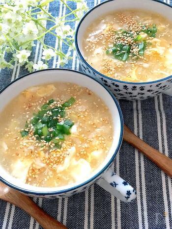 シンプルでほっとする味わいの中華スープ。食欲がない時でもするりと入りそう。ふわふわ卵のポイントは、少しずつかき回さずに入れることです。