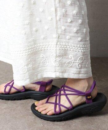 少しくすんだイエローのネイルは、紫のサンダルによく映えます。シンプルなコーデのアクセントに、イエロー×紫の足元コーデはいかがでしょうか?