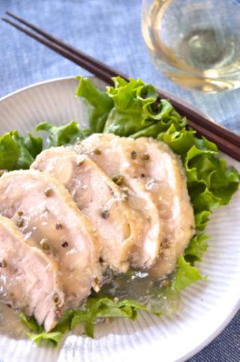 実山椒の塩漬や白醤油で作った調味液に漬けてレンジで蒸した鶏もも肉を冷蔵庫で冷やした後、カットし、冷えてゼラチン状になった蒸し汁をかけたら出来上がり。 「暑い日にキンキンに冷やしたスパークリングワインや白ワインと是非!」(by作成したみちこさん)。冷えるまで2-3時間かかりますが、乾杯の瞬間が楽しみですね♪