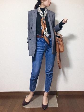 髪に巻いてもレトロ感を出してくれるスカーフ。ジャケットと合わせるなら、首に巻くのがおすすめです。きちんとしていながら華やかな印象なので、オフィスカジュアルにも。