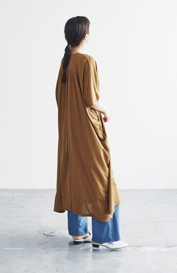 流れるようなドレープと布の落ち感が美しいビッグシルエットのワンピース。光沢ある生地感がラグジュアリーな雰囲気で素敵です。