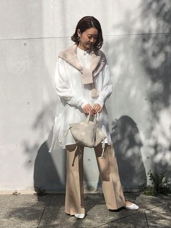 パンツの裾が大きく広がったベルボトムは70年代を象徴するアイテム。実は、今リバイバルしてるって知ってますか?裾の広がりを少し抑えて今っぽいシルエットに仕上げた「フレアパンツ」が今じわじわ流行中なんです! 普段のパンツをフレアパンツにするだけで、ぐっと今どきなコーデに仕上がりますよ♪
