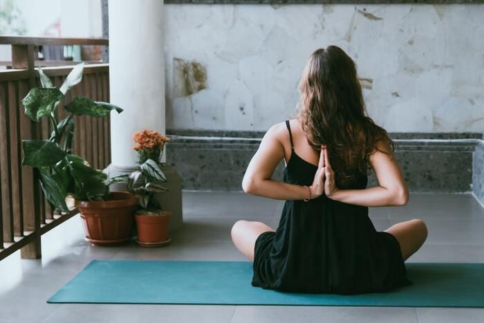 身体が凝り固まっていると、肩こりや血行不良につながってしまいます。家にいる時間が長くなると特に体が凝り固まりやすくなるのも事実。「30分に一度肩を回す」など、自分でルールを決めて体をほぐして。